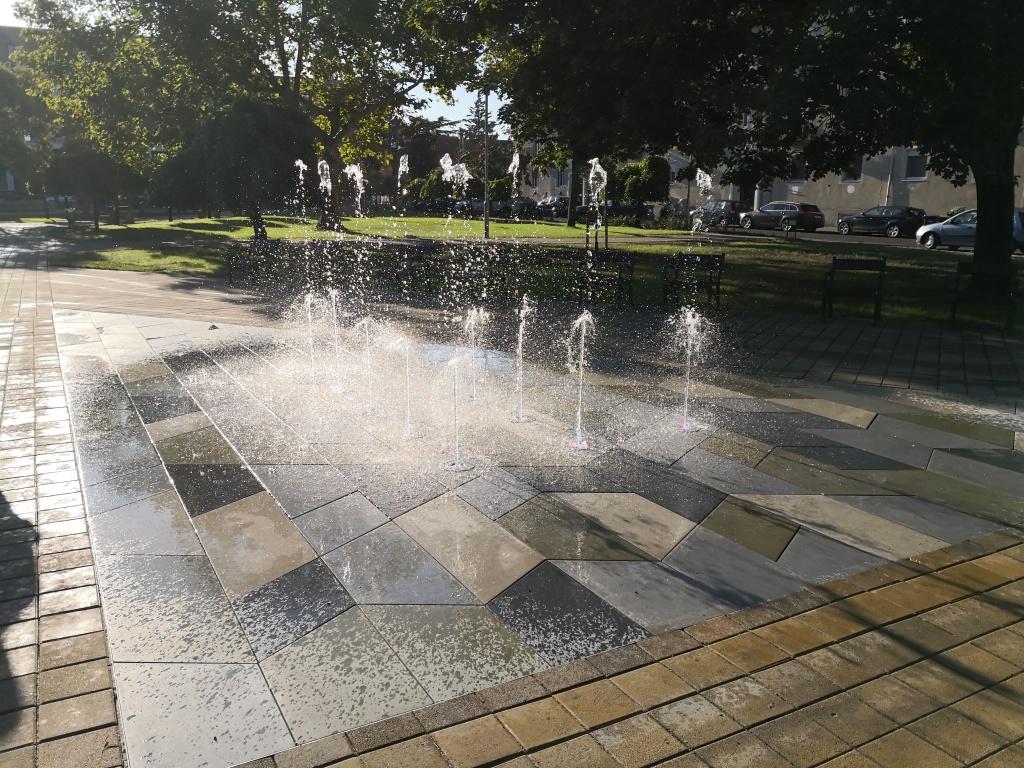Szökőkút a József Attila Művelődési Központ előtti téren